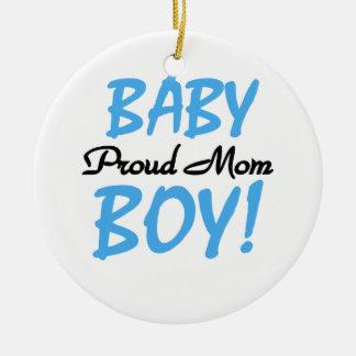 Regalos orgullosos del bebé de la mamá adorno navideño redondo de cerámica