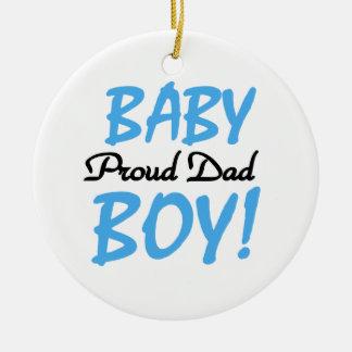 Regalos orgullosos del bebé del papá adorno navideño redondo de cerámica