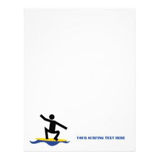 Regalos que practican surf, persona que practica plantilla de membrete