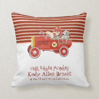 Regalos retros del bebé del coche de bomberos del  almohada