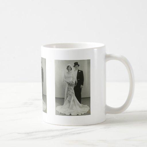 Regalos románticos antiguos de novia y del novio d taza básica blanca