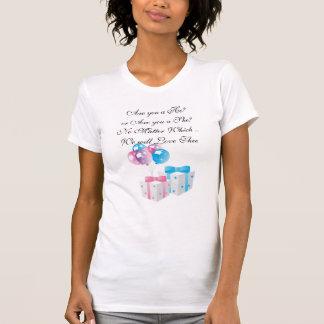 Regalos rosados y azules que cuentan con la t shirt