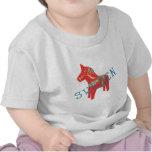 Regalos y saludos del caballo de Dala del sueco Camisetas