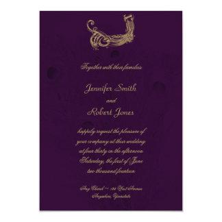 Regencia del pavo real en la invitación púrpura