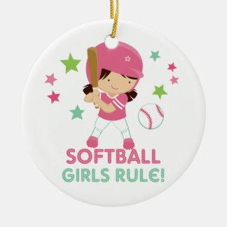 Regla de los chicas del softball personalizada con adorno navideño redondo de cerámica