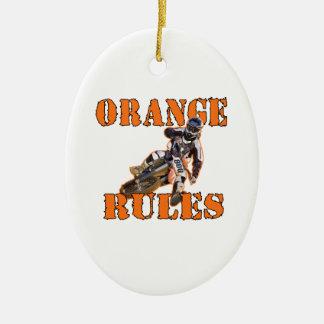 Reglas anaranjadas adorno navideño ovalado de cerámica