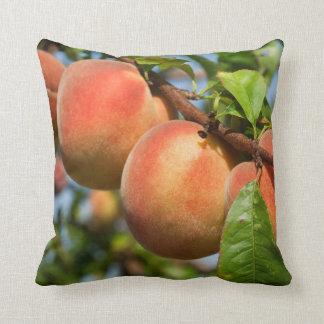 Reife Weingartenpfirsiche Throw Pillow
