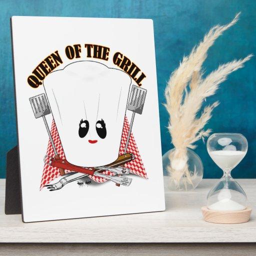 Reina de la parrilla - el gorra del cocinero y her placa de madera