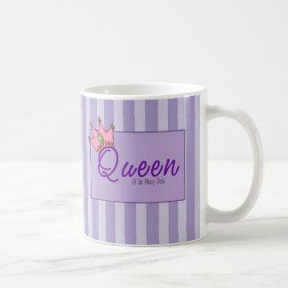 Reina de la taza sucia del escritorio