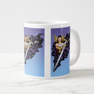 Reina gótica mágica con la espada enorme por el Al Taza De Café Grande