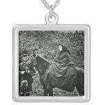 Reina Victoria a caballo en el Balmoral, 1863 Pendientes