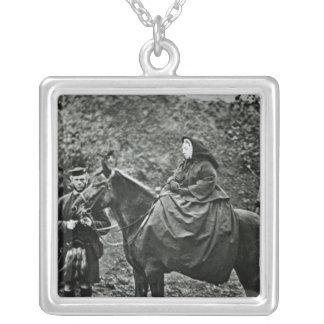 Reina Victoria a caballo en el Balmoral, 1863 Collar Plateado