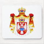 Reino del escudo de armas de Yugoslavia Tapetes De Ratones