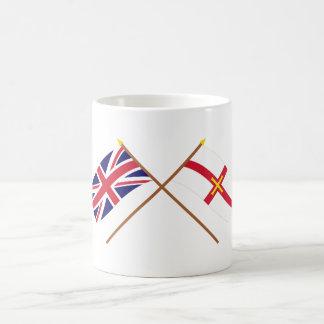 Reino Unido y banderas cruzadas Guernesey Taza