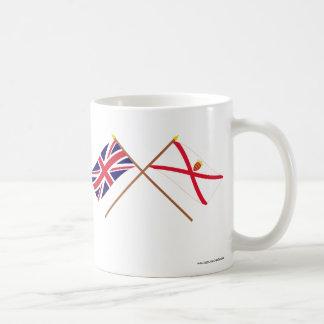 Reino Unido y banderas cruzadas jersey Tazas