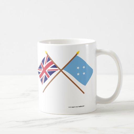 Reino Unido y banderas cruzadas Micronesia Taza Básica Blanca