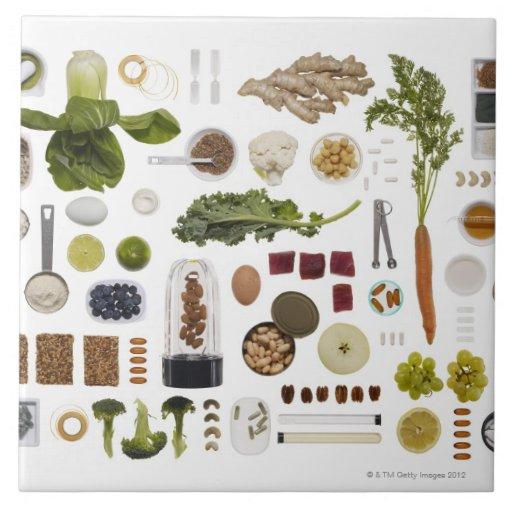 Rejilla sana de la comida en un fondo blanco azulejo cuadrado grande