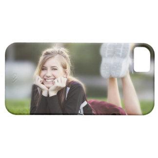 Relajación adolescente en hierba funda para iPhone SE/5/5s