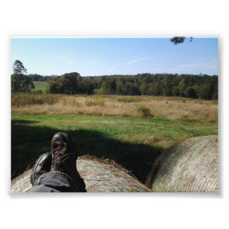 Relajación en una bala de heno que pasa por alto u fotografia