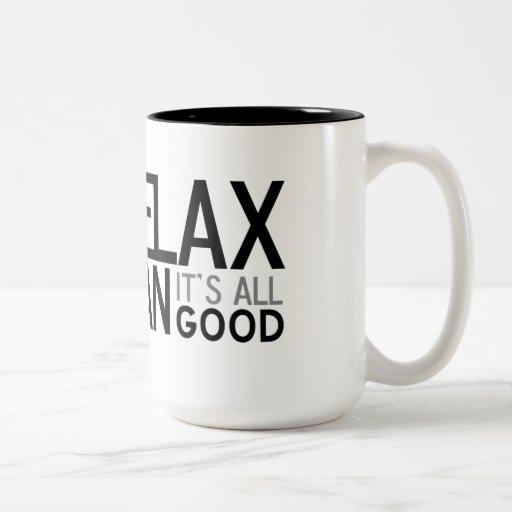 Relaje al hombre, él es todo bueno taza de café de dos colores