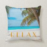 Relaje la almohada tropical de la playa