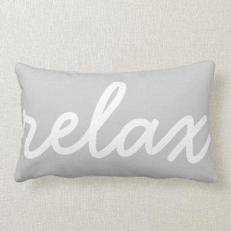 Relaje la escritura gris y blanca almohadas