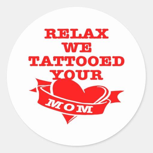 Relájenos tatuó a su mamá pegatina redonda