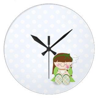 ¡Relájese! Chica lindo de Kawaii que se relaja con Reloj Redondo Grande