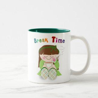 ¡Relájese! Chica lindo de Kawaii que se relaja con Tazas De Café