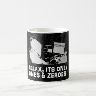 Relájese, sus solamente y ceros taza clásica