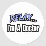 Relájese, yo son un doctor pegatinas redondas