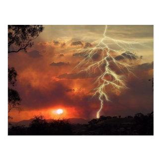 relámpago en la puesta del sol postales