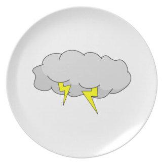 Relámpago en nubes de la tempestad de truenos platos