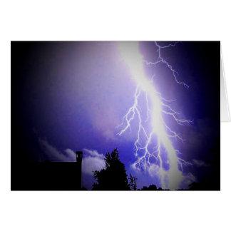 Relámpago entre un cielo oscuro tarjeta de felicitación