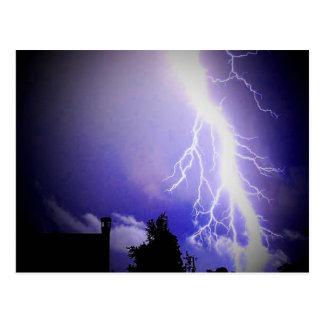 Relámpago entre un cielo oscuro tarjetas postales
