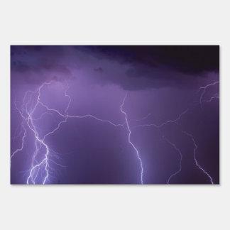 Relámpago púrpura en una tempestad de truenos del cartel