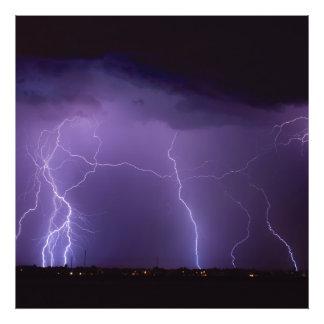 Relámpago púrpura en una tempestad de truenos del fotografías