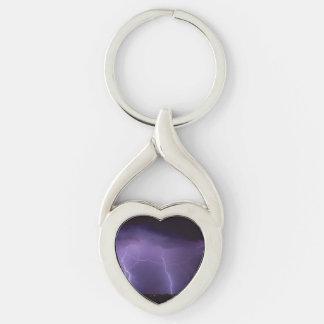 Relámpago púrpura en una tempestad de truenos del llavero plateado en forma de corazón