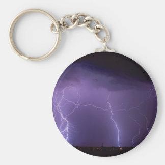 Relámpago púrpura en una tempestad de truenos del llavero redondo tipo pin