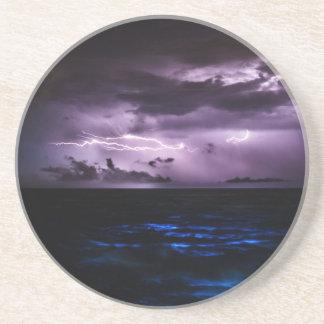 Relámpago púrpura sobre el océano posavasos cerveza