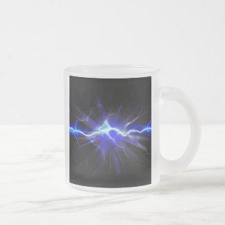 Relámpago que brilla intensamente azul o taza de café esmerilada