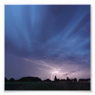 Relámpago que pega durante tempestad de truenos fotografias