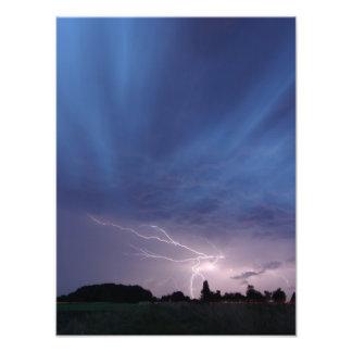 Relámpago que pega durante tempestad de truenos impresiones fotográficas