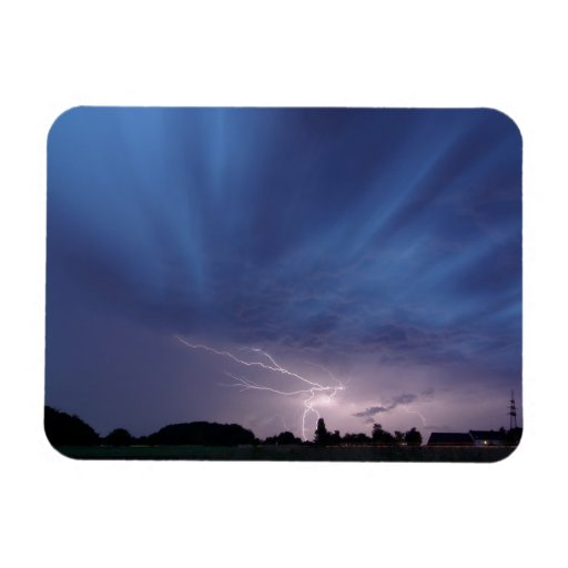 Relámpago que pega durante tempestad de truenos imán