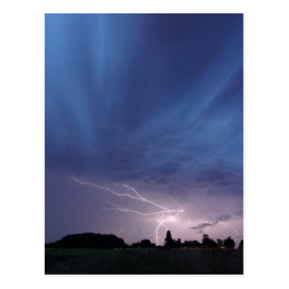 Relámpago que pega durante tempestad de truenos tarjeta postal