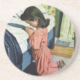 Religión del vintage, chica que ruega en la hora posavasos de arenisca