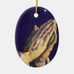 Religión del vintage, manos que ruegan hacia cielo adorno de reyes