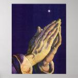 Religión del vintage, manos que ruegan hacia cielo posters