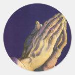 Religión del vintage, manos que ruegan hacia cielo pegatina redonda