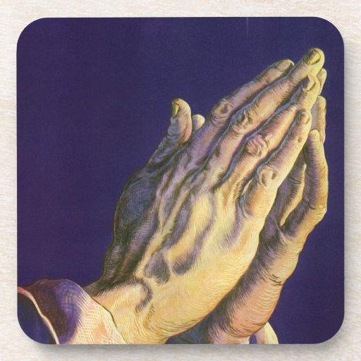 Religión del vintage, manos que ruegan hacia cielo posavasos de bebida